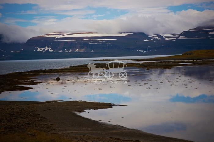 """【冰岛】蓝湖温泉  地热温泉,其""""热""""融融 冰岛著名的地热温泉蓝湖,位于首府雷克雅未克郊区。蓝湖的蓝让人匪夷所思,若非亲眼所见,决不相信湖水会有这样的蓝色。这里建了大型的露天温泉,泡在暖暖的水中,其乐融融。而且,蓝湖位于一座死火山上,地层中有益的矿物质沉积在湖底,形成了温泉泥,这种泥有美颜健体的功效,所以有许多游客慕名而来,享受这大自然的赐予。 - 建议玩1天。 - 景点类型:湖光山色 美容养生"""